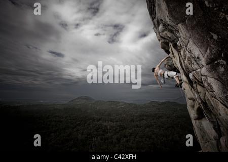 Woman rock climbing Mt Tibrogargan Queensland Ausralia - Stockfoto