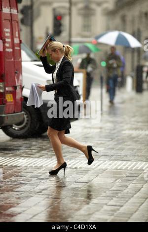 London City Arbeiter laufen im Regen, keinen Regenschirm. Queen Street, London, UK. - Stockfoto
