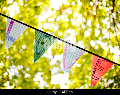 A line of bunting flags spelling 'Love' - Stockfoto
