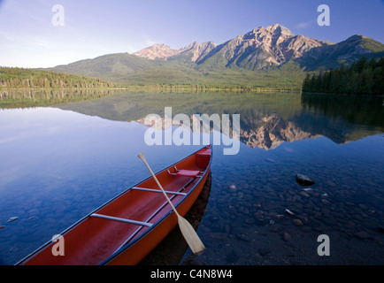 Red canoe at dawn on Pyramid Lake, Jasper National Park, Alberta, Canda. - Stock Photo