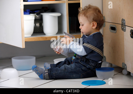 Little boy, 1 year old, is exploring his home. curiously exploring the apartment. - Stockfoto