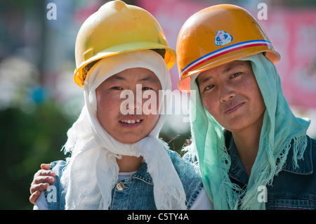 Women laborers take break from digging ditch, Dulan, Qinghai Province, China - Stock Photo