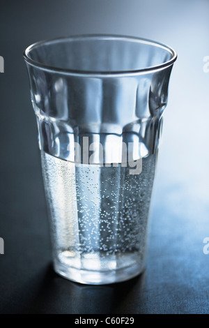 Air bubbles in glass of water - Stockfoto