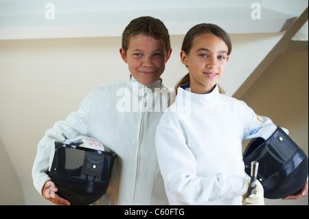 Kinder tragen Kostüme Fechten - Stockfoto
