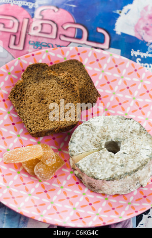 Sliced gingerbread with goat cheese and candied ginger - Stockfoto