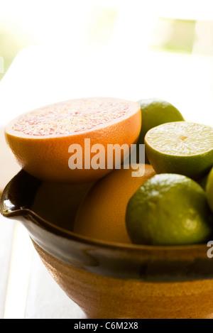 Sliced grapefruit, limes - Stockfoto