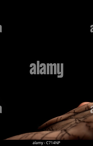 A mans Palm mit Linien ähnlich einer Karte auf die Haut gezeichnet. - Stockfoto