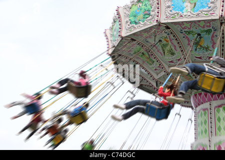 child plaaying flying swing in park - Stockfoto