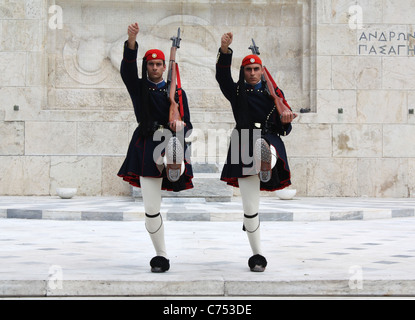Evzones (palace ceremonial guards) guarding the Tomb of the Unknown Soldier in front of Greek Parliament in Athens, - Stockfoto