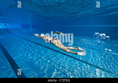 People swimming underwater in the vichy val d 39 allier for Bellerive sur allier piscine