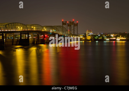 Light Trails on Columbia River Crossing I-5 Interstate Bridge at Night - Stockfoto