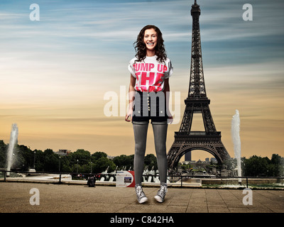 Girl standing in front of Eiffel Tower - Stockfoto
