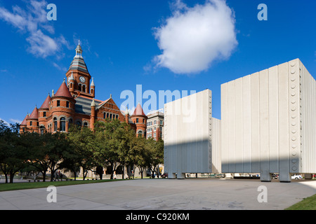 The John F Kennedy Memorial with the Old Red Courthouse behind, John F Kennedy Memorial Plaza, Dallas, Texas, USA - Stockfoto