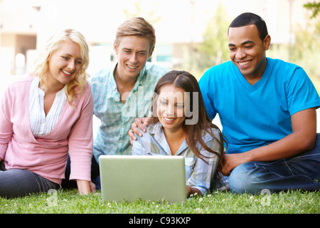 Young people using laptop outdoors - Stockfoto
