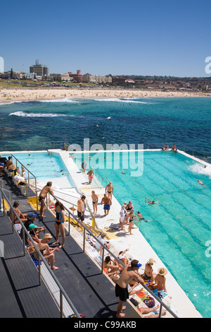 Swimmers at the Bondi Icebergs pool, also known as the Bondi Baths.  Bondi Beach, Sydney, New South Wales, Australia - Stockfoto