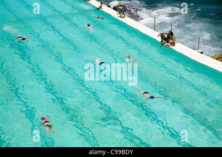 Swimmers at the Bondi Icebergs swimming pool, also known as the Bondi Baths. Bondi Beach, Sydney, New South Wales, - Stockfoto