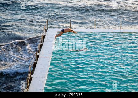 Early morning swimmers at the Bondi Icebergs pool also known as the Bondi Baths. Bondi Beach, Sydney, New South - Stockfoto