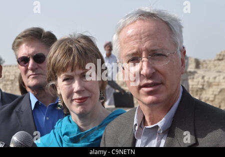 LARKANA:PAKISTAN:31JAN12 - U.S. Ambassador Cameron Munter (R) with wife Dr. Marilyn Wyatt (C) visit old lost Indus - Stock Photo