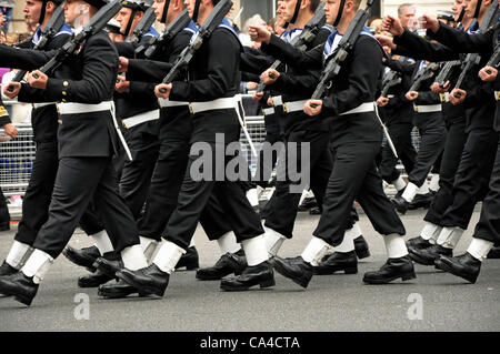 Queen Elizabeth Diamond Jubilee marching sailors in Royal procession - Stockfoto