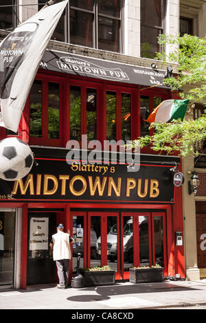 New York City, USA. 26th June 2012.   The UEFA EURO 2012 broadcasts have extended pub hours to accommodate the world - Stock Photo