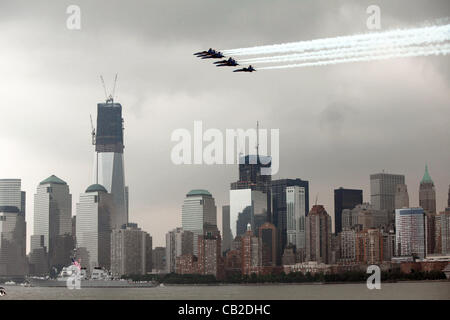 The US Navy Blue Angels performs a fly over of lower Manhattan at the start of Fleet Week May 22, 2012 in New York - Stock Photo