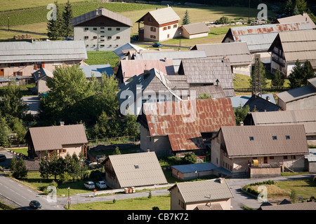 Tin roofs of houses in the French village of Brunissard, Hautes-Alpes, Provence-Alpes-Côte d'Azur, France. - Stockfoto