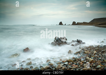 Time lapse view of waves on rocky beach - Stockfoto