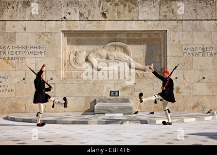 Changing of the presidential guard ('Evzones' or 'Evzoni') in front of the monument of the 'Unknown Soldier', Athens, - Stockfoto