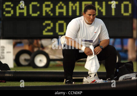 Kristin Heaston, after fouling on a 2nd round throw, pauses in the shot put Friday July 16, 2004 at the 2004 U.S. - Stockfoto
