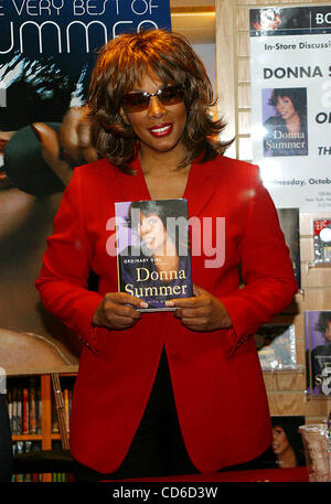Oct. 15, 2003 - New York, New York, U.S. - K33472RM.DONNA SUMMER BOOK SIGNING AT BORDERS BOOKS WALL STREET , NEW - Stock Photo