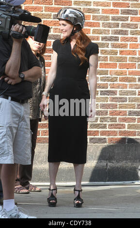 July 26, 2011 - New York, NY, U.S.A - Julianne Moore films a segment the on the Late Show WIth David Letterman. - Stock Photo