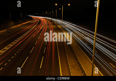 Night view from a bridge of light trails from traffic on the M25 motorway. - Stockfoto