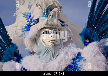 Blue and white feathers with white mask compose a Carnevale Costume in Venice, Italy - Stockfoto