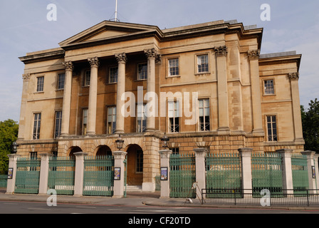 Exterior view of the front of Apsley House. Apsley House was the home of Arthur Wellesley, first Duke of Wellington. - Stock Photo