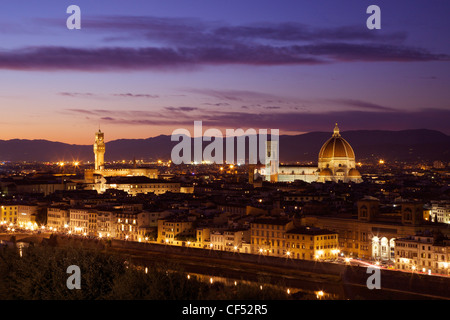 View of the Palazzo Vecchio and Duomo in evening light from the Piazzale Michelangelo, Florence, Tuscany, Italy, - Stockfoto