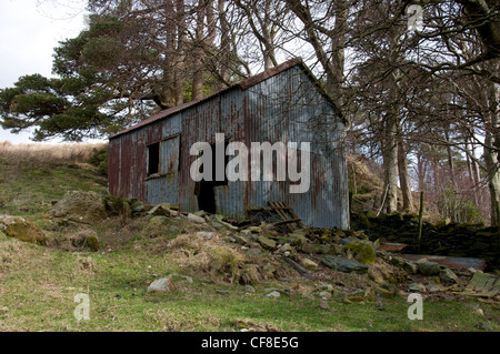 Derelict tin building at the side of the road in Snowdonia - Stock Photo