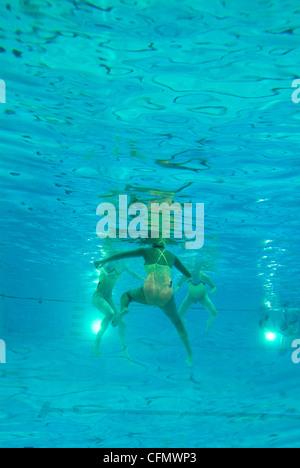 Swimmers Exercising Underwater - Stockfoto
