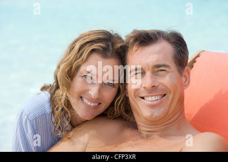 Couple relaxing at beach, portrait - Stockfoto