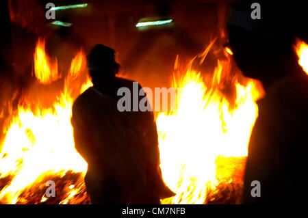 Malaysian ethnic Chinese poeple burn charcoal on the last day of the Nine Emperor Gods festival in Kuala Lumpur, - Stockfoto