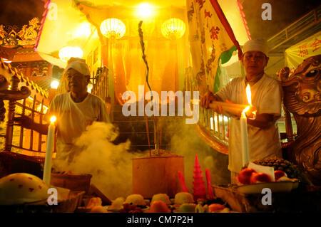 Malaysian ethnic Chinese poeple burn a joss-stick on the last day of the Nine Emperor Gods festival in Kuala Lumpur, - Stockfoto