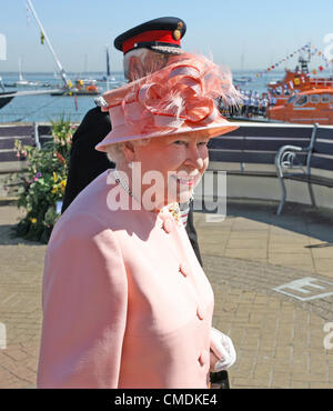 25 July 2012 Cowes, UK.HRH Queen Elizabeth II visits Cowes, Isle of Wight on the last day of her Diamond Jubilee - Stockfoto