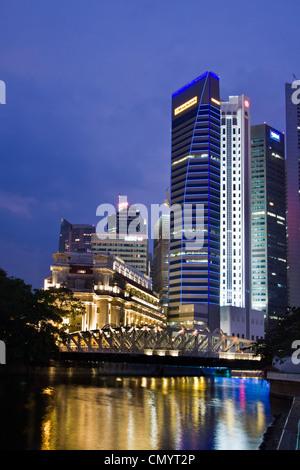 Fullerton Hotel Cavenagh bridge, Skyline of Singapur, South East Asia, twilight - Stock Photo