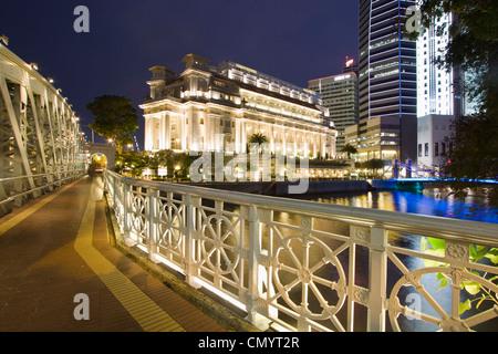 Cavenagh bridge, Fullerton Hotel, Skyline of Singapur, South East Asia, twilight - Stock Photo