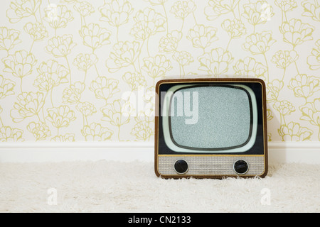 Retro television in room with patterned wallpaper - Stockfoto