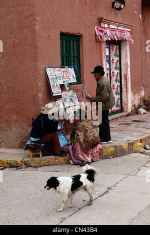 Newspaper stall on street corner outside colonial house , Lampa , Puno department , Peru - Stockfoto
