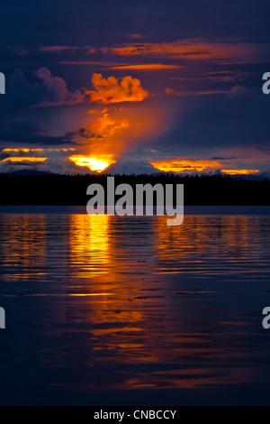 Dramatischen Sonnenuntergang hinter Fairweather Bergen und reflektierenden Wasser in Bartlett Cove, Glacier Bay - Stockfoto