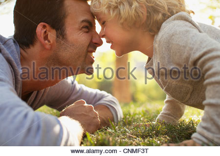 Father and son playing in grass - Stockfoto