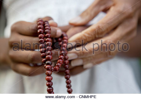 Close up of hands holding beads - Stockfoto