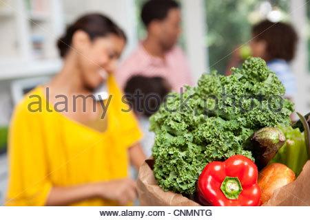 Nahaufnahme von Tasche von Lebensmitteln in der Küche - Stockfoto