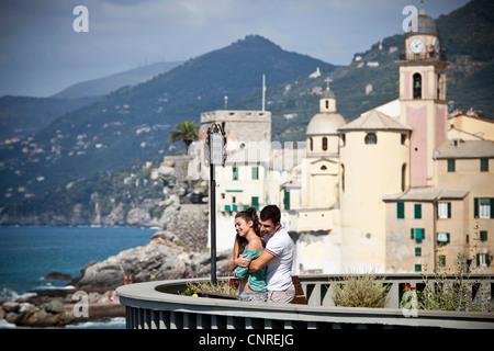 Couple on vacation admiring scenery - Stockfoto